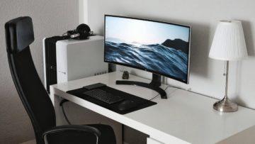 Businessplan Computertechnik-Verkauf titel (Arbeitsplatz mit Computer und großem Bildschirm)